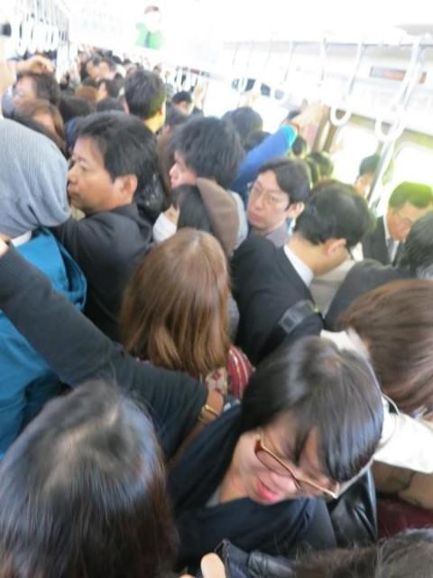 บรรยากาศบนรถไฟยามเช้าที่ขบวน JR ต้องหยุดเดินเนื่องจากแผ่นดินไหว