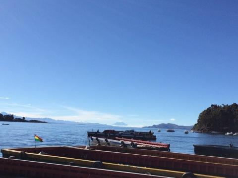 จุดข้ามเรือของคนและรถ มองเห็นลาปาสอยู่ไกลๆ
