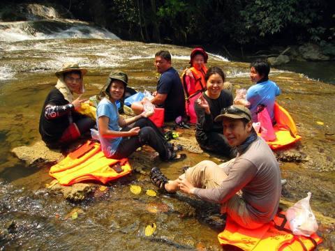 ทานอาหารกันบนน้ำตก