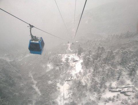 กระเช้าพาขึ้นสู่ภูเขาหิมะมังกรหยก CR Joon