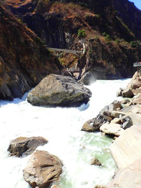 ช่วงที่แคบที่สุดของช่องเขา ลึกที่สุดของแม่น้ำ ก้อนหินที่อ้างว่าเป็นจุดที่เสือกระโจนข้ามฝั่งมา