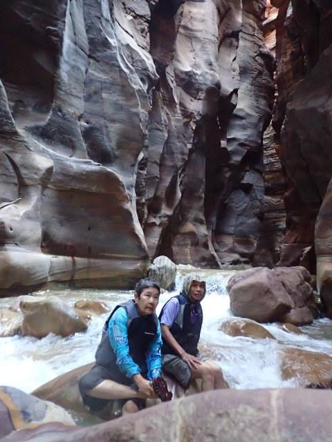 สองผู้นำนั่งพักรอลูกหลานเดิน/ปีน/ไต่ตามมา ณ Wadi Mujib